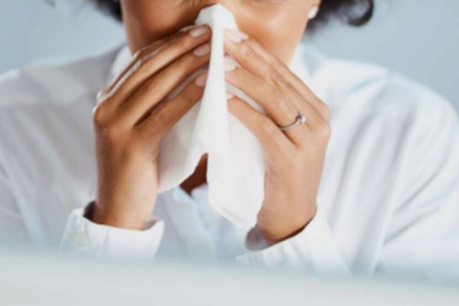 Young woman got nose allergy, flu